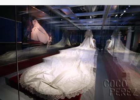 princess diana wedding gown. princess diana dress tour.